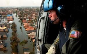 Militare americano sopra New Orleans dopo l'uragano Katrina